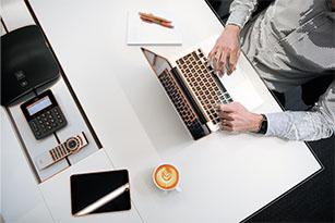 homme travaillant à son bureau avec un ordinateur portable