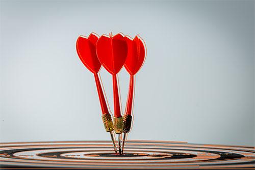 tres flechas en el centro de un objetivo