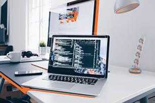 ordinateur portable sur un bureau de travail