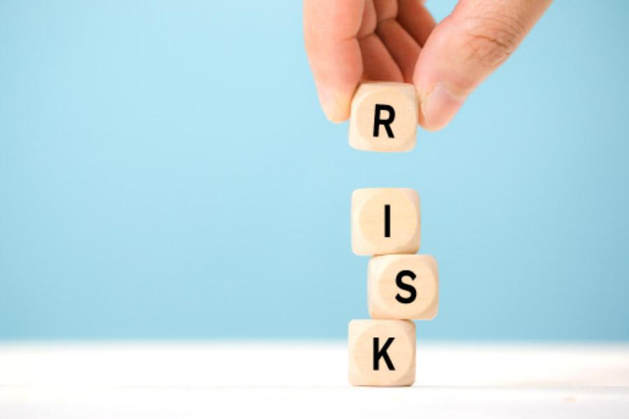 quatre dés formant le mot risk