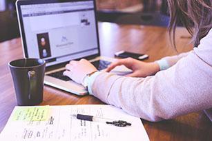 une femme utilisant un ordinateur portable