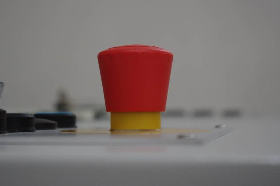 un bouton rouge d'alarme