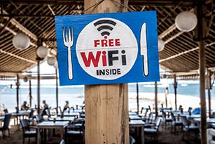 panneau free wifi inside sur le pilier d'un restaurant