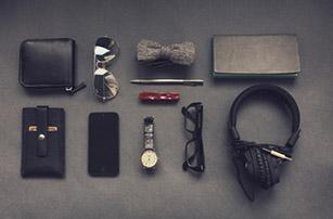 des lunettes, un portefeuille, une montre, un casque , un smartphone