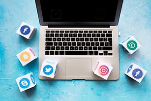 ordinateur portable avec des icônes de réseaux sociaux