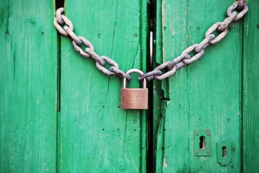 un cadenas sur une porte